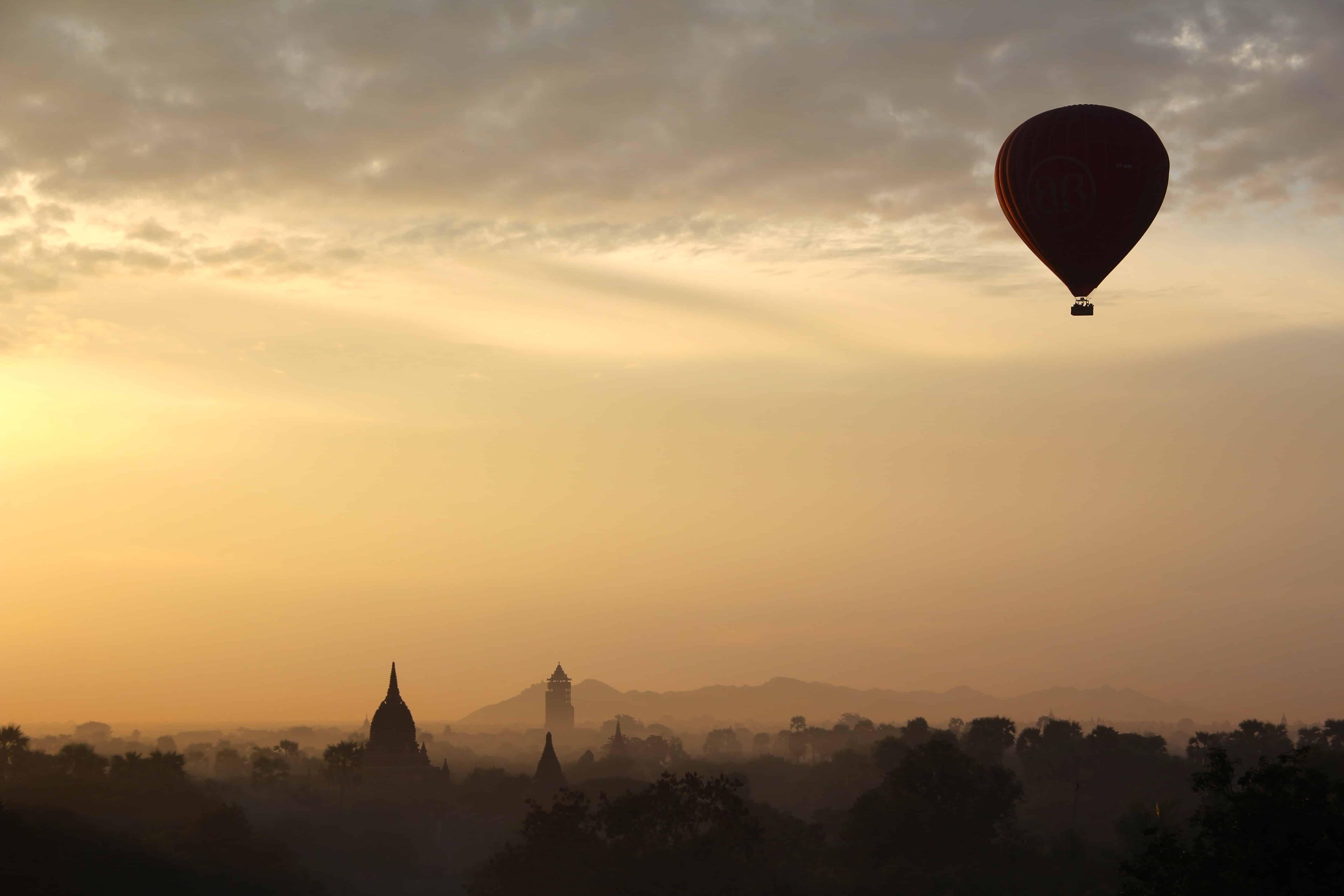 Ballooning in Tuscany(Stock)